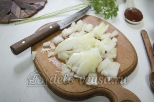 Домашняя пицца с фаршем: Мелко нарезаем лук