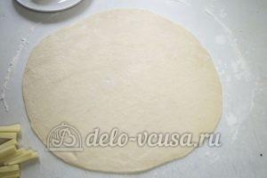 Домашняя пицца с фаршем: Раскатываем приготовленное пресное тесто