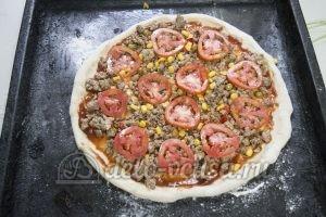 Домашняя пицца с фаршем: Выкладываем начинку на тесто