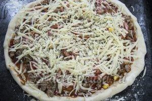 Домашняя пицца с фаршем: Посыпаем пиццу сыром