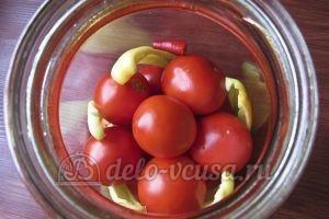 Помидоры с перцем и луком на зиму: Кладем помидоры и перец в банку