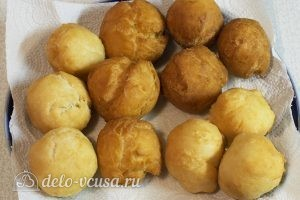 Творожные пончики: Кладем пончики на бумажное полотенце