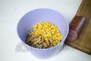 Студенческий салат с сухариками: Выкладываем в миску сухарики и кукурузу