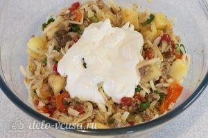 Салат из печени трески с сыром: Выкладываем сметану