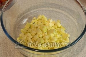 Салат с маринованным болгарским перцем: Нарезать кабачок