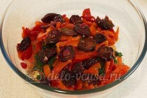 Салат с маринованным болгарским перцем: Добавить сливы