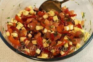 Салат с маринованным болгарским перцем: Перемешать, добавить масло