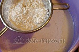 Сметанный пирог с персиками: Добавить муку