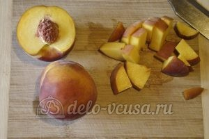 Сметанный пирог с персиками: Порезать персики