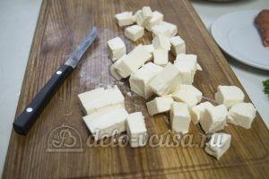 Сырный суп с куриным филе: Нарезаем сыр