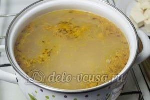 Сырный суп с куриным филе: Добавляем в суп курицу, морковь и лук