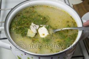 Сырный суп с куриным филе: Добавляем в суп зелень и сыр