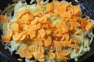 Жареные кабачки с морковью: Добавить морковь