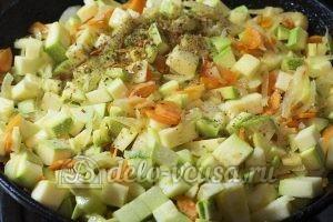 Жареные кабачки с морковью: Добавить специи