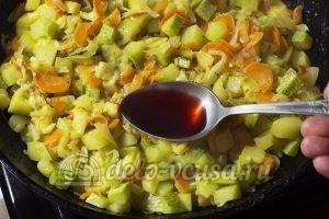 Жареные кабачки с морковью: Добавить уксус