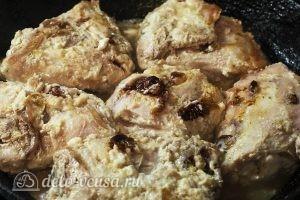 Жареные куриные бедра на сковороде: Обжариваем с каждой стороны