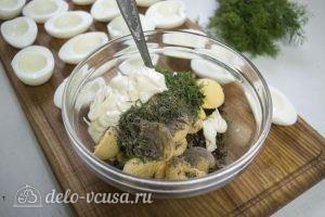 Яйца фаршированные луком: К желткам добавить лук и специи