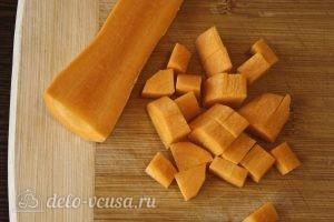 Гречка с курицей в горшочке: Крупно нарезать морковь