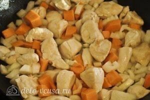 Гречка с курицей в горшочке: Обжарить овощи