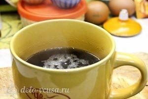 Яблочный пудинг с манкой: Заварить крепкий чай