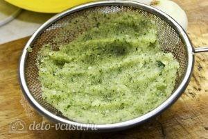 Оладьи из кабачков и картофеля: Слить лишний сок с кабачков