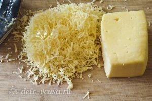 Омлет с горошком: Натереть сыр
