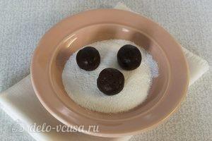 Шоколадное мраморное печенье: Шарики из теста обвалять в пудре