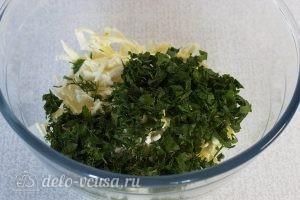 Салат с адыгейским сыром и помидорами: Рубим зелень