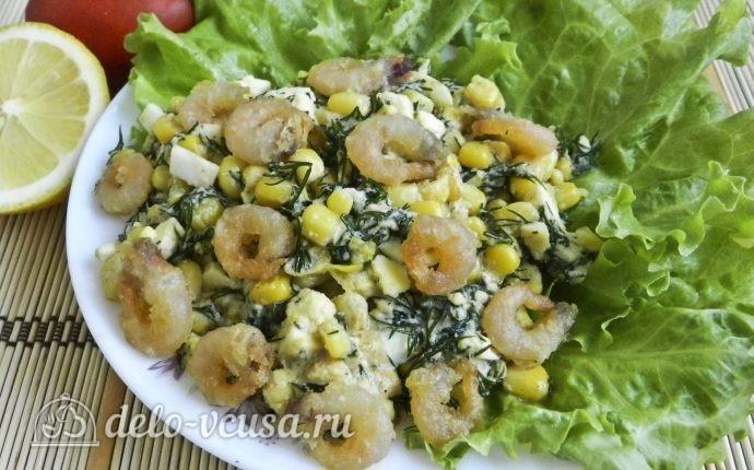 Салат с креветками, кукурузой и яйцом