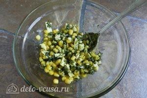 Салат с креветками, кукурузой и яйцом: Заправить и перемешать салат