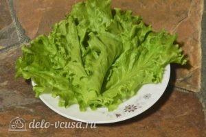 Салат с креветками, кукурузой и яйцом: Кладем на тарелку листья салата