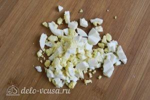 Салат с креветками, кукурузой и яйцом: Измельчить яйца