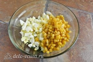 Салат с креветками, кукурузой и яйцом: Добавить яйца и кукурузу в салатник