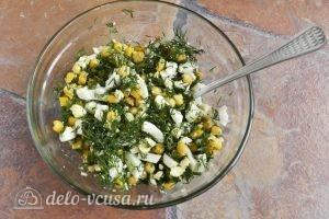 Салат с креветками, кукурузой и яйцом: Перемешать салат