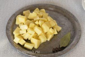 Суп из пельменей с картошкой: Картошку порезать
