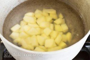 Суп из пельменей с картошкой: Картошку кладем в кастрюлю