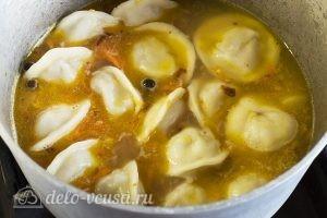 Суп из пельменей с картошкой: Добавить овощи