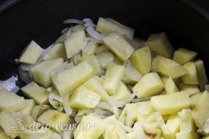 Суп-пюре из зеленого горошка: Обжариваем лук и картошку
