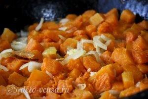 Суп-пюре с тыквой: Обжариваем лук и тыкву