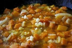 Суп-пюре с тыквой: Добавляем к тыкве и луку воду и чеснок