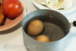 Суп с пельменями и яйцом: Яйца отварить