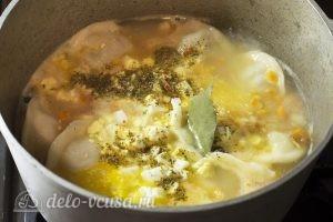 Суп с пельменями и яйцом: Добавить остальные ингредиенты
