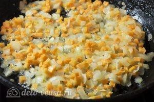 Суп с пельменями и яйцом: Обжарить 2-3 минуты