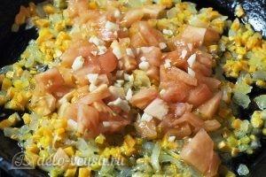 Суп с пельменями и яйцом: Обжарить помидоры и чеснок