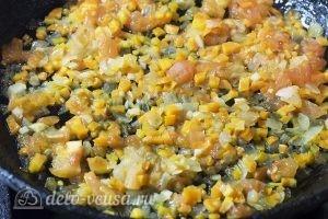 Суп с пельменями и яйцом: Обжарить 2 минуты