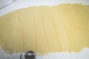 Уголки с начинкой: Раскатываем тесто и нарезаем на полоски