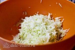 Запеканка из кабачков, помидоров и сыра: Очищаем и трем кабачок