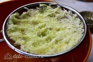 Запеканка из кабачков, помидоров и сыра: Отжимаем жидкость из кабачка