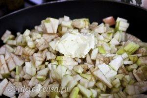 Блинчики с яблоками: Кладем яблоки на сковородку