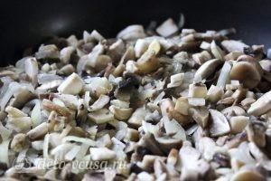Блинчики с картошкой и грибами: Добавляем грибы к луку